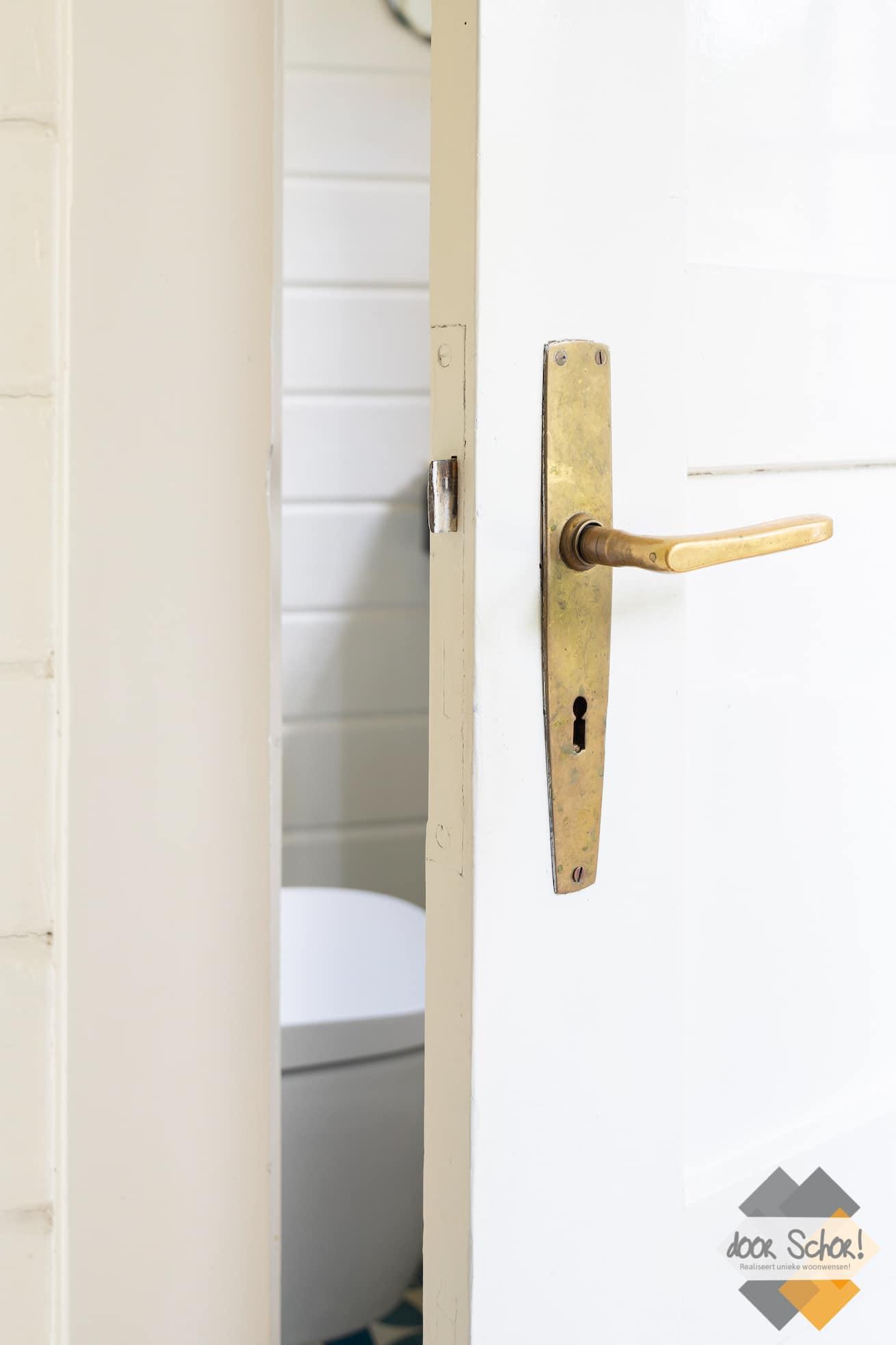 Ouderwetse deur met modern toilet