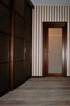 Раздвижная межкомнатная перегородка и рядом с ней обычная дверь