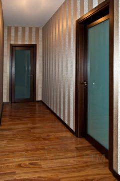 По коридору нами был установлен plintus в одном цвете и стиля с дверями что придает интерьеру законченный вид.