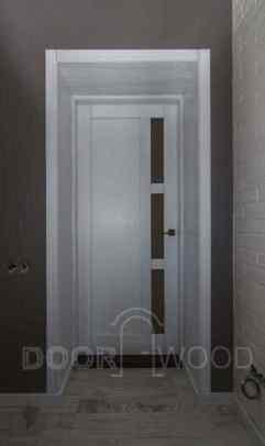 Дверь покрашена в белый цвет с патиной