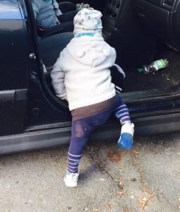 Kleinkind steigt ins Auto ein