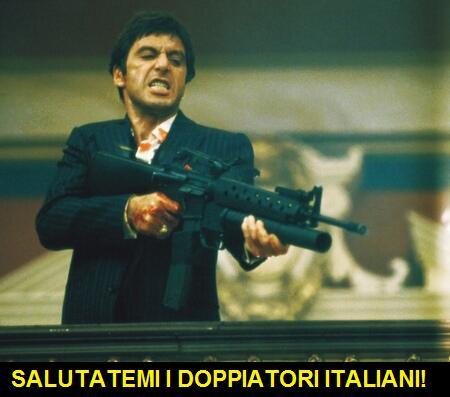 Al Pacino in una scena di Scarface dove tiene in mano un fucile d'assalto. Una vignetta gli fa dire: salutatemi i doppiatori italiani, invece di salutatemi il mio amico Sosa, che era la versione italiana di: say hello to my little friend