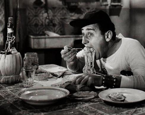 Alberto Sordi nella famosa scena del macarone in Un americano a Roma, usata per introdurre l'articolo.