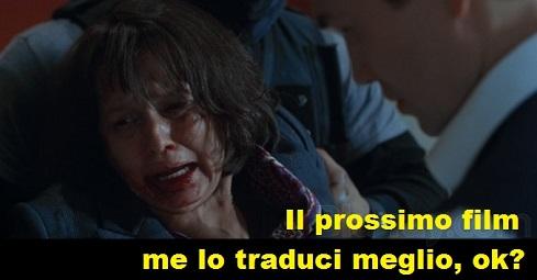 Vignetta su una scena del film Attacco al potere dove una donna viene strozzata dal cattivo che le dice: il prossimo film me lo traduci meglio, ok?
