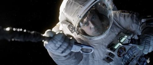 Scena di George Clooney appeso ad una fune nello spazio, nel film Gravity