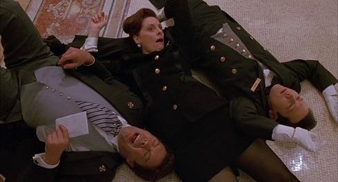 Dipendenti dell'hotel caduti con la schiena per terra nel tentativo di catturare Kevin in Mamma ho riperso l'aereo
