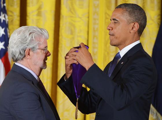 Barack Obama consegna una medaglia a George Lucas