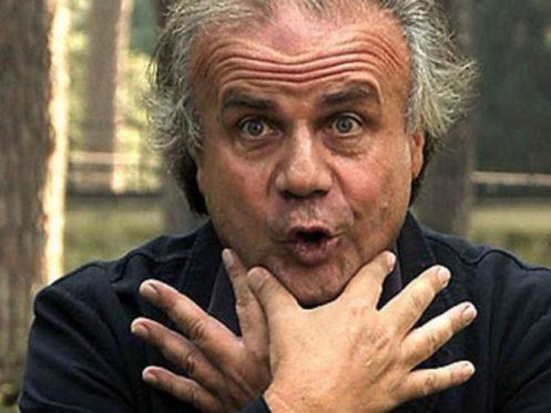 Jerry Calà che fa il gesto della doppia libidine