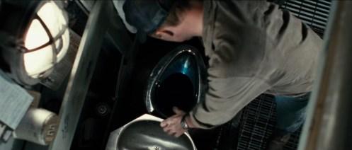 Ed Harris nella scena del gabinetto, guarda nel cesso dopo averci gettato l'anello
