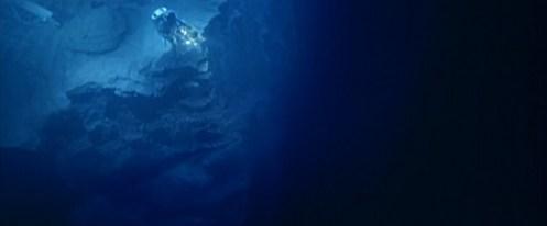 Scena dal film The Abyss, un sommozzatore sul bordo di uno strapiombo
