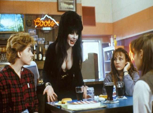 Una scena di Una strega chiamata Elvira, Elvira con i ragazzi