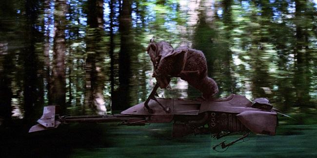 Speederbike pilotato da un Ewoks, scena dal film Il ritorno dello Jedi