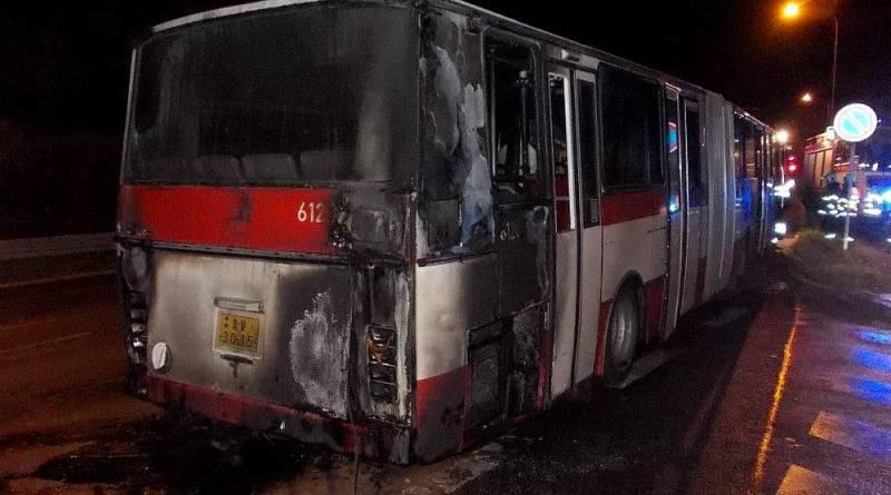 Z ARCHIVU: Požár autobusu v Podbělohorské ulici v Praze na Smíchově
