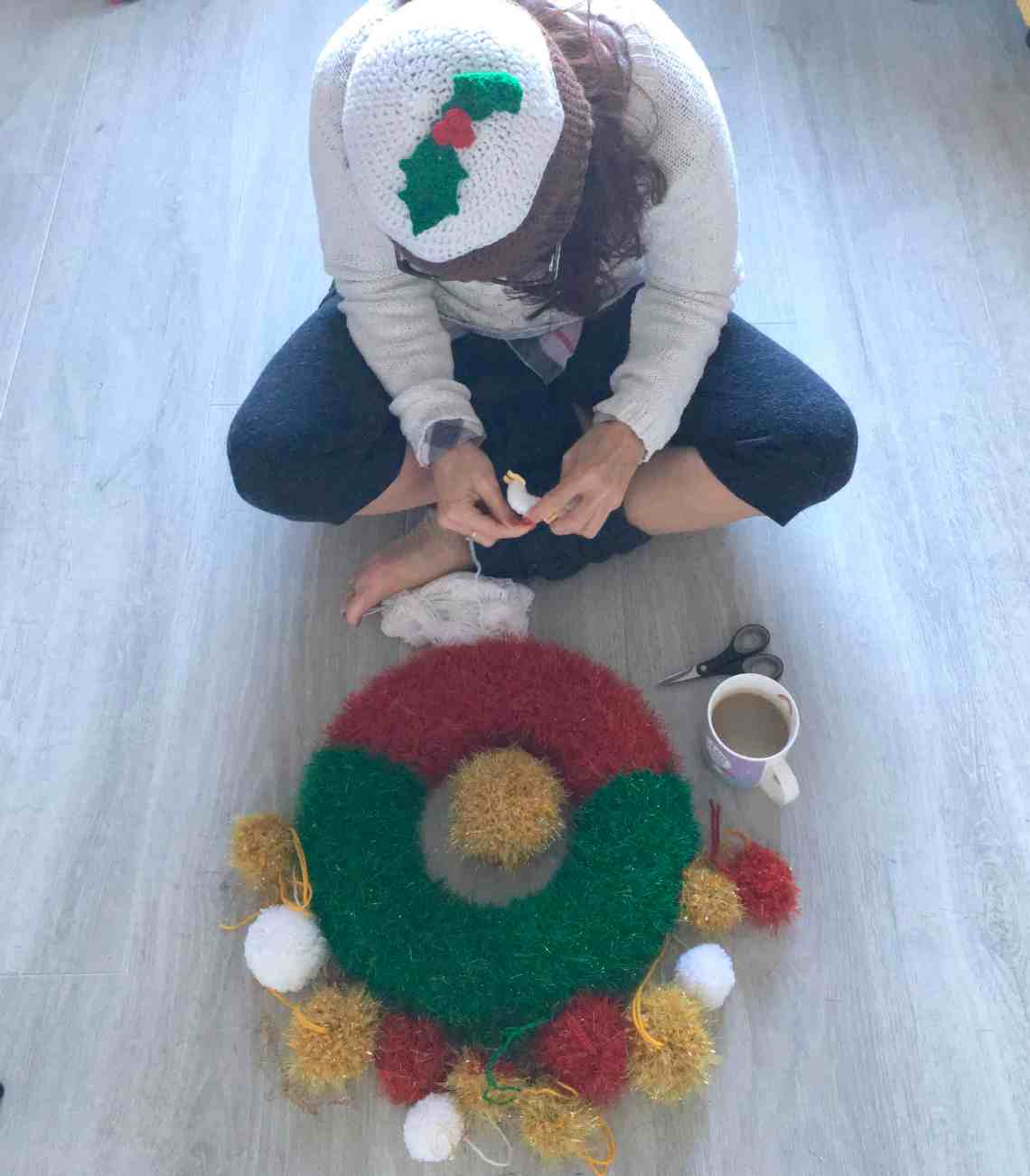 dora does making a festive christmas crochet tinsel wreath