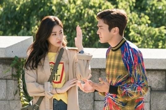 Siwon e Kang Sora são tão diferentes quanto a noite e o dia nas novas imagens do drama Revolutionary Love