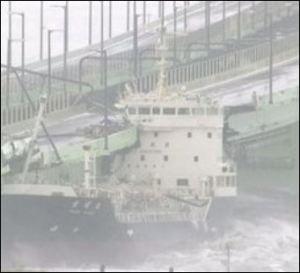 平成30年台風21号の被害で関空連絡橋に衝突したタンカーの画像