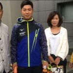 渡辺佳明(明治大学)選手と祖父である横浜高校元監督とお母さんの画像