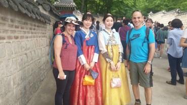 תלבושת קוריאנית שאפשר להשכיר שם. סתם בשביל הקטע