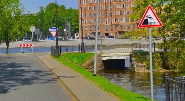 Расположение дорожного знака 1.10 выезд на набережную