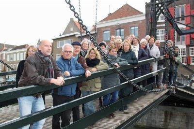 Cursisten Dordtologie 2018-II tijdens de stadswandeling op de Damiatebrug  die de cursus afsloot. In de tussentijd werden de examen nagekeken.