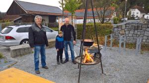 Anton Hofmann und Harry Leitl haben das Feuer angeschürt
