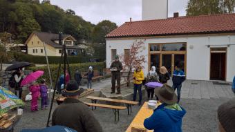 Monika Hannawald vom Bayerischen Jagdverband übergibt Malbücher und Ansteckbuttons an die Kinder