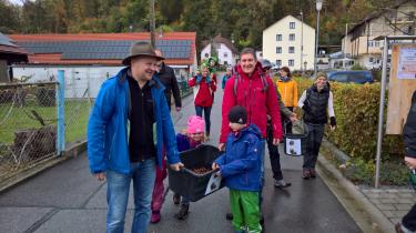 Harry Leitl und Rainer Mögele bringen die Beute der Kinder ins Bürgerhaus