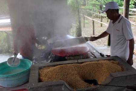 """Der Reismehl-""""Crepe"""" wird abgenommen und dann zum trocknen abgelegt."""