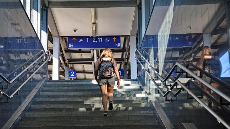 Eine Studentin am Weg zur Uni. Foto: Dorfbild.com
