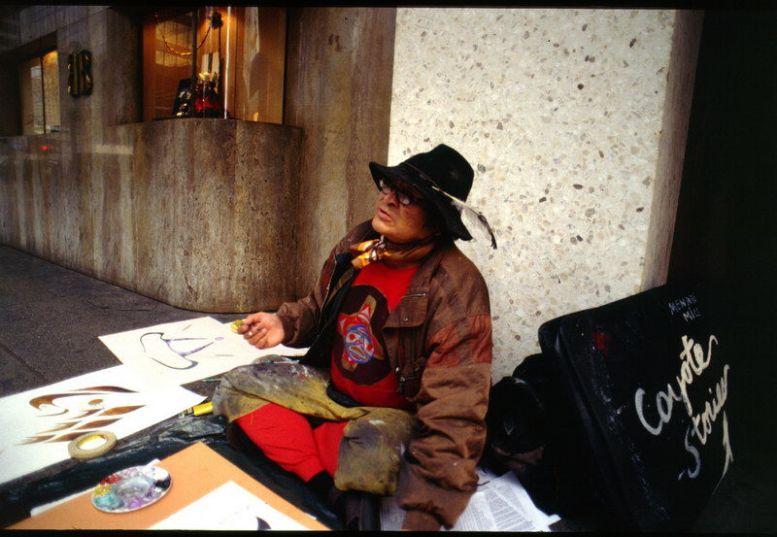 Coyote Indianer auf einem Gehsteig in Vancouver