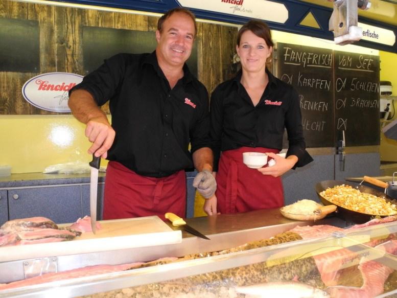 Der Fischer Robert Kneidl mit seiner Verkäuferin auf der Schranne.