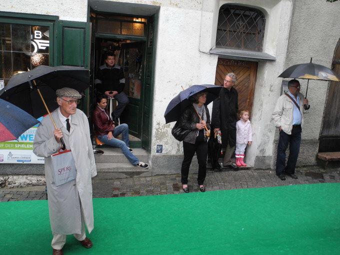 Es war kalt und regnerisch. Trotzdem, Liberatango waren es wert, zuzuhören. Foto: KTraintinger, Dorfzeitung