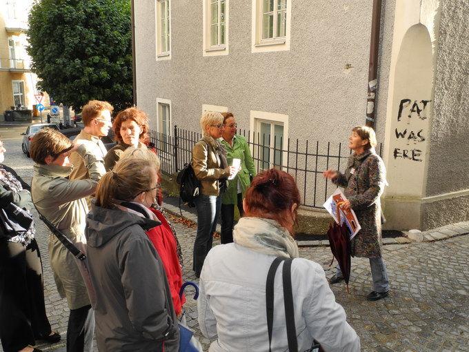 Sprechende Häuser. Fremdenführer geben Infos zu Steingassenhäuser. Foto: KTraintinger, Dorfzeitung