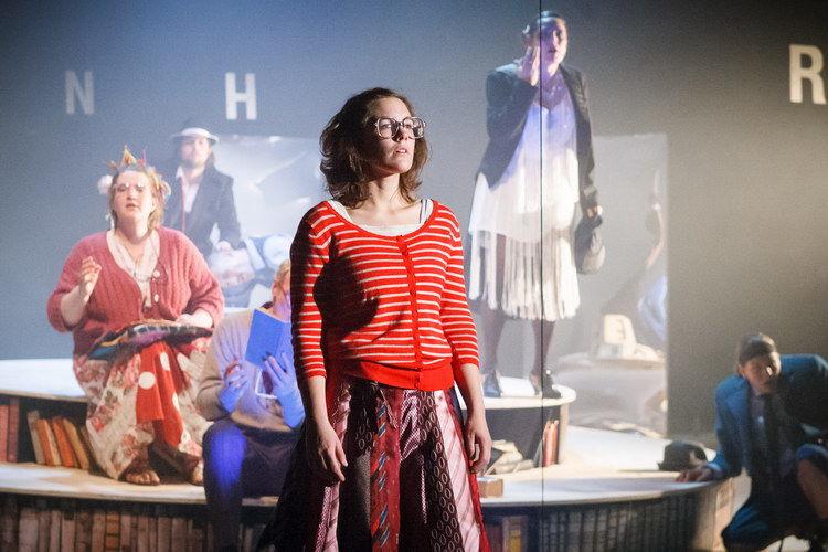 Anna Frommann (Meggie) // Hinten: Saskia Quedens (Elinor), Christoph Griesser (Capricorn), Volker Wahl (Mo), Ute Hamm (Erzählerin), Eva Weingärtler (Flachnase)