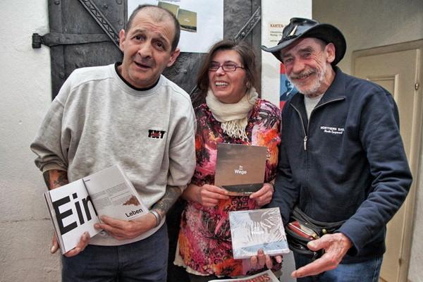 Verkäufer Georg Aigner, Schreibwerkstatt-Autorin Hanna S. und Verkäufer Rolf haben auch beim Buch mitgewirkt. Fotos: : Anna Schmitzberger/ Apropos