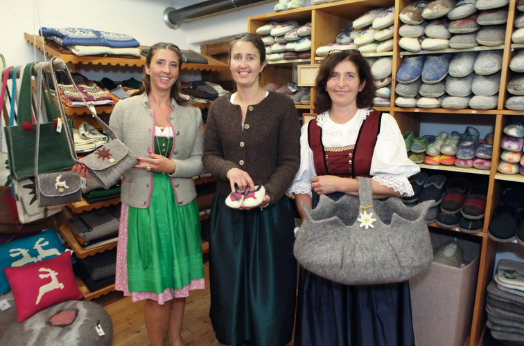 20 Jahre Wollstadel Bramberg: rechts: Hildegard Enzinger mit ihren Tšchtern von links Sylvia und Heidi