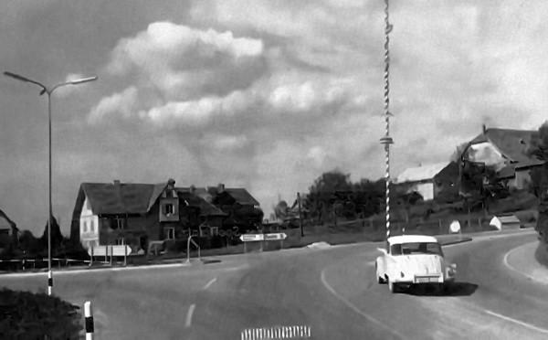 Die Kreuzung an der B156, an der die Straße nach Bürmoos abzweigt. Heute befindet sich dort ein Kreisverkehr.