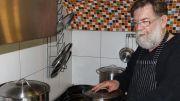 Walter vom Unikum beim Kochen von einem Lüngert