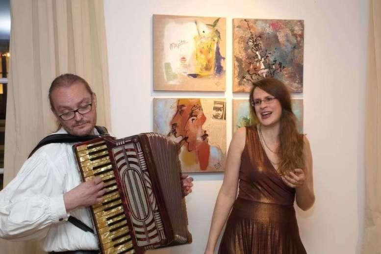 Vernissage Wieder Kochen Oberndorf Brigitte Hauck-Delmondo. Akkordeon: Norbert Sprave Gesang: Anna Moser