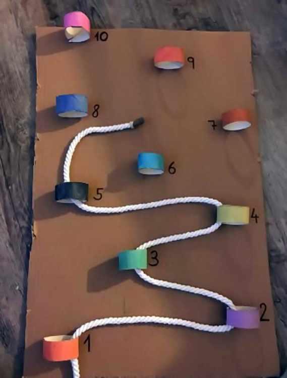 Die Kinder fädeln eine lange Schnur durch Papierröhren. Dabei können sie die Reihenfolge entweder ganz frei für sich wählen und vielleicht sogar Muster entstehen lassen oder sich an den Ziffern orientieren. (Julia Aunitz)