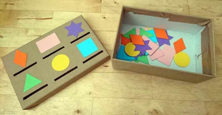 Auch bei diesem Lernarrangement geht es um die optische Wahrnehmung. Kinder sollen dabei verschiedene Formen erkennen und sie durch den richtigen Schlitz in eine Box wer-fen. (Julia Dutzler)