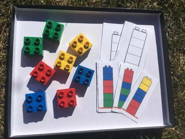Das Ausgangsmaterial für dieses Lernarrangement sind rote, gelbe, blaue und grüne quadratische Legosteine. Das Kind kann Türme in beliebiger Reihenfolge bauen, dann Vorlagen ausmalen oder nach Vorlagen Türme nachbauen. (Anna Windhofer)