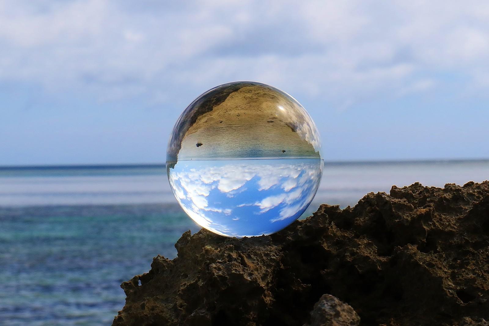 反転した光景が映る水晶玉