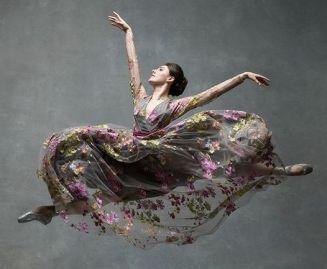mujer de primavera baila