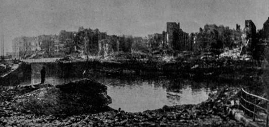 """Le bassin du Roy. Vestige de la partie la plus ancienne du Port du Havre.  Photo: W. Beaufils. In Pierre Aubery, """"le siège et la bataille du Havre (1er au 12 septembre 1944) d'après des documents anglais"""", in Études normandes, Livraison 12 N°39 3 trimestre 1954 ."""