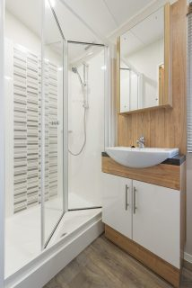 LARGE STYLISH FAMILY SHOWER ROOM