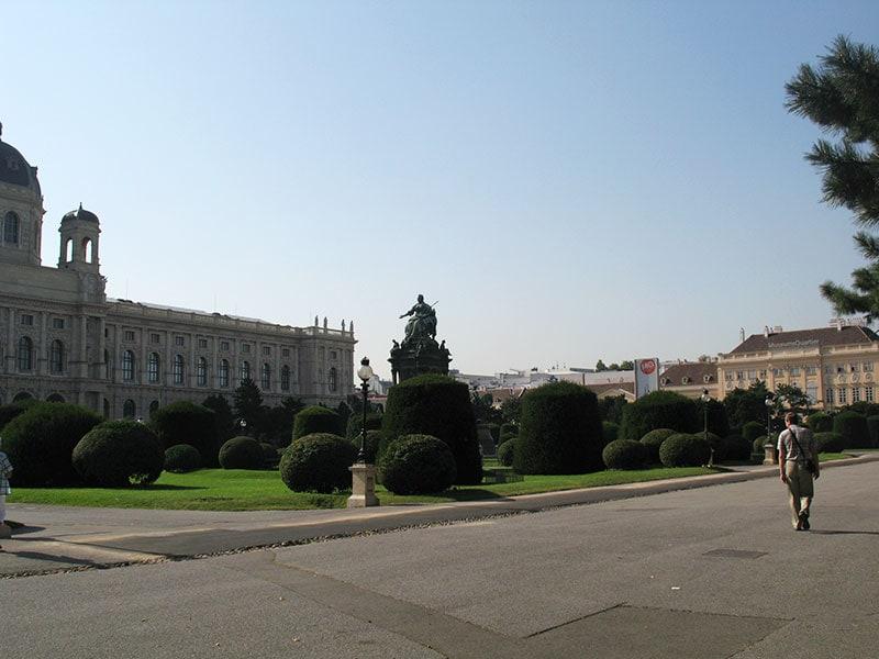 Статуя Марии Терезии между музеями-близнецами / фото автора