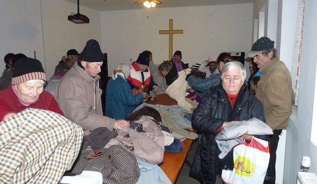 Ételt és ruhát osztottak Esztergomban