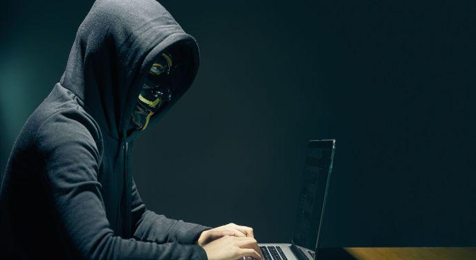 Számítógépes csalásért körözték