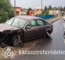 Oszlopnak csapódott egy autós Dorogon